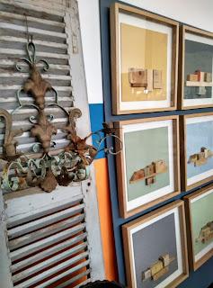 Puertas antiguas y cuadros de merale en el desembalaje de Arriondas