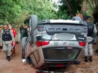 Policiais ficam feridos após viatura capotar durante perseguição, em João Pessoa