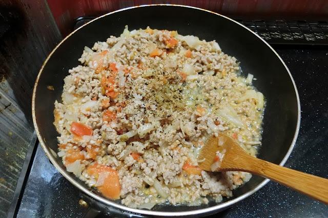 煮汁が蒸発するまで炒めたら【調味料】を加え、味を馴染ませたら火を止め、あら熱をとります。