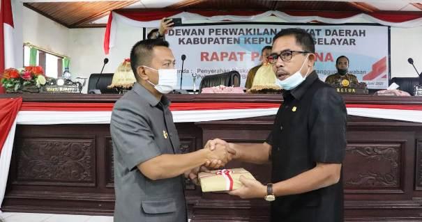 Bupati Serahkan Ranperda Pertanggungjawaban APBD TA 2019 Ke DPRD Selayar