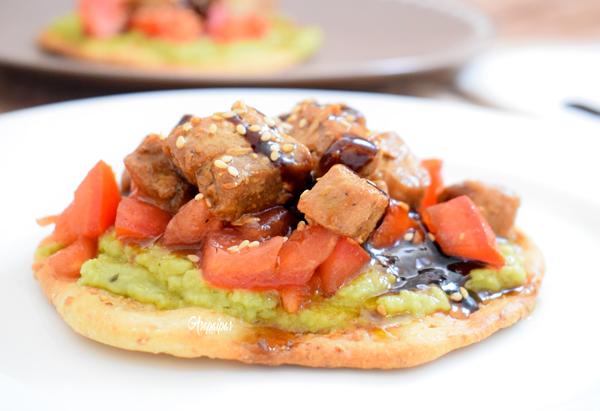 Tortas de Inés Rosales con Atún en Salsa de Soja, Guacamole y Tomate. Vídeo Receta