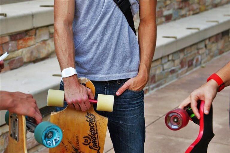 スケートボーダーが各自ボードを持って集まっている写真