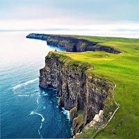 Üzeri yeşil çimenlik bir alan deniz kıyısındaki uçurum, yalıyar, falez