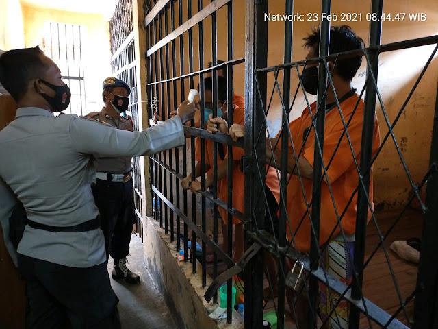 Cegah Kluster Baru di Dalam Sel, Personel Jaga Polsek Dusel Rutin Cek Kesehatan Tahanan