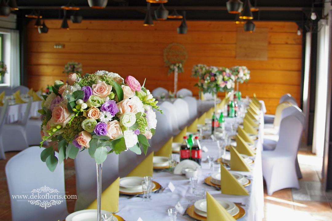 Wysokie kompozycje na stołach wesele Trzy Drzewa