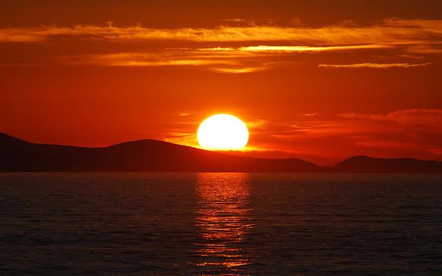 couché de soleil orangé devant la mer