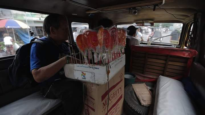 "This old Man known as ""Lolopops"" selling sweets touches the Heart of Filipino Netizens, Inspiring"