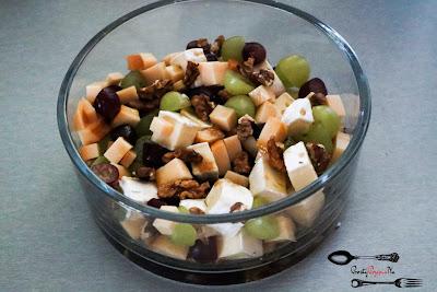 camembert, ser wędzony, winogrono jasne, winogrono ciemne, słonecznik, oliwa z oliwek, sałatka świąteczna, sałatka na Boże Narodzenie, Boże narodzenie, sałatki, dobra sałatka, serowa sałatka,