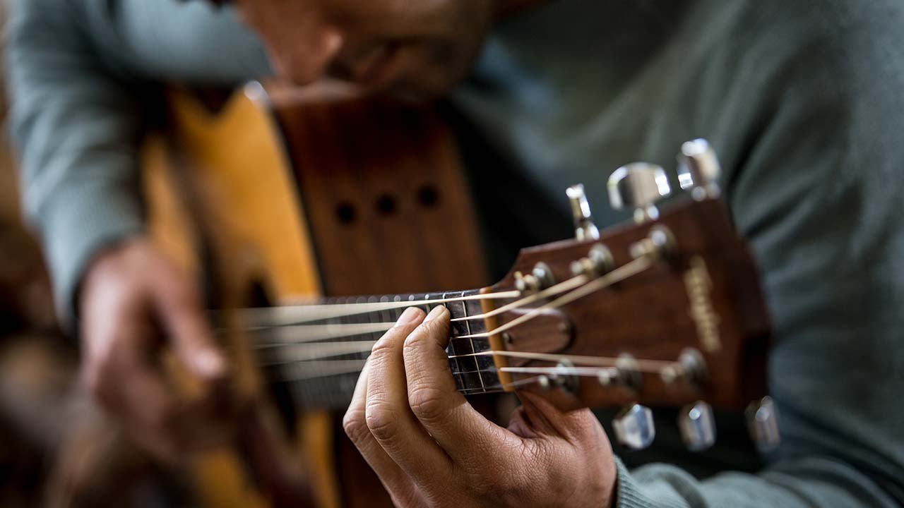 Tips Agar Mudah Belajar Bermain Gitar Untuk Pemula