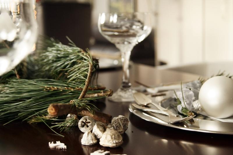 Blog + Fotografie by it's me! - Rooming, Weihnachtsdeko 2015 - Eukalyptus, kleine Elche aus Holz, R & B Silberbesteck und eine weiße Kugel