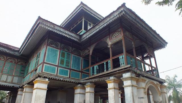 Bagian belakang sebelah kiri Istana Lima Laras