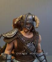 soldato medievale con elmo corna scultura statuetta artistica orme magiche