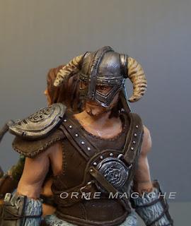 statuetta fantasy modellini guerriero elmo battaglia videogiochi personaggi storici orme magiche