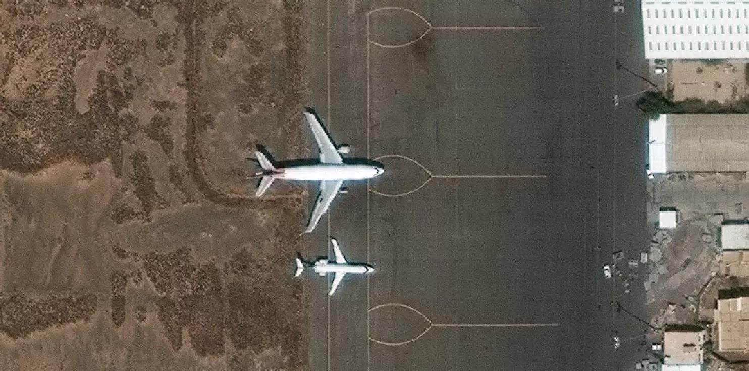 As imagens de satélite do Aeroporto Internacional de Sanaa em 22 de março (Imagem por DigitalGlobe)