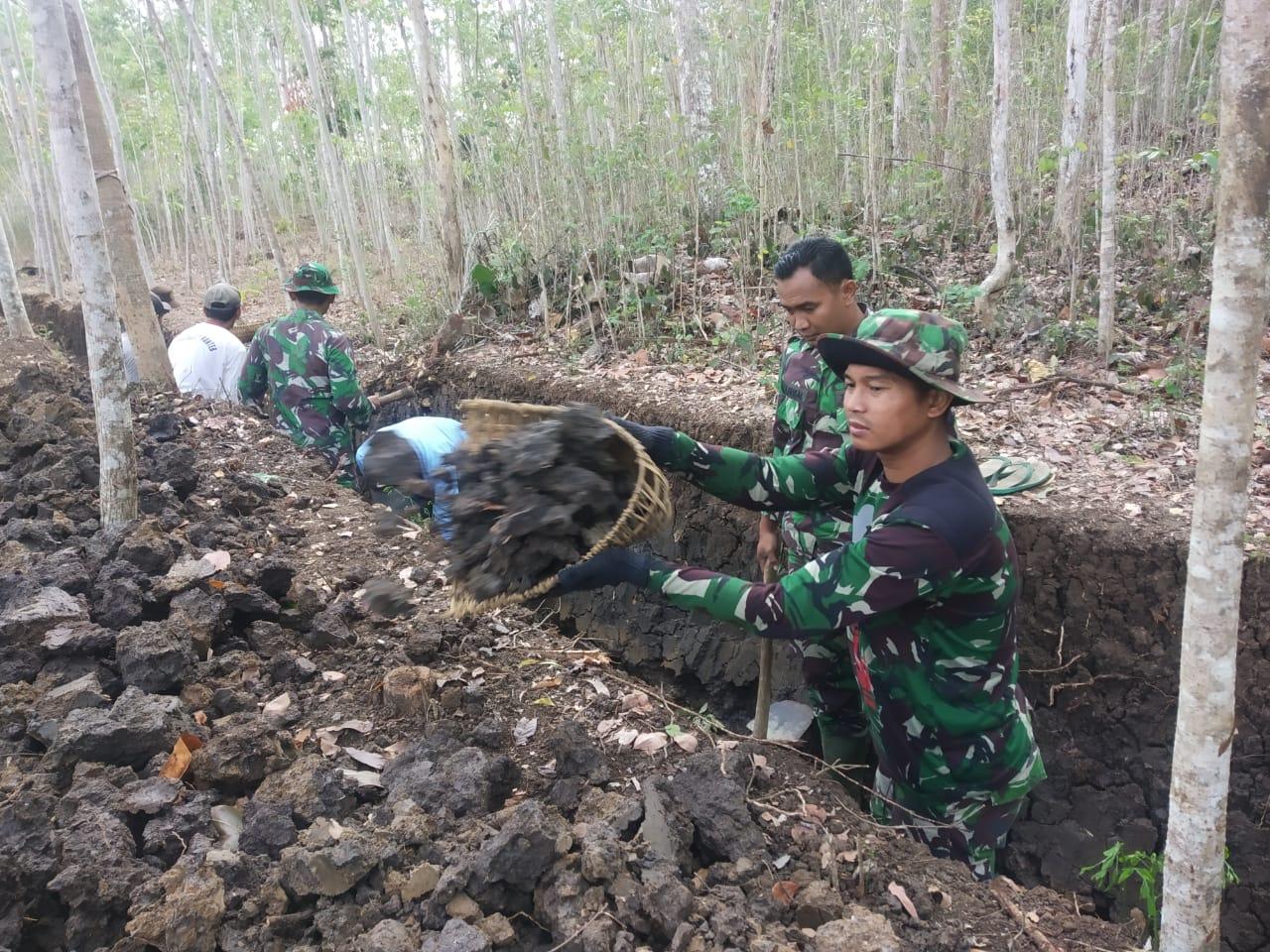 Tim Satgas TMMD 106 Sisiri Tumpukan Batu di Lokasi Irigasi