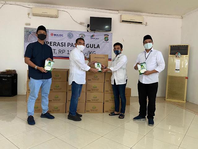 Bulog Bersama Dewan Mesjid Indonesia Gelar Operasi Pasar di Pelataran Masjid Cut Meutia