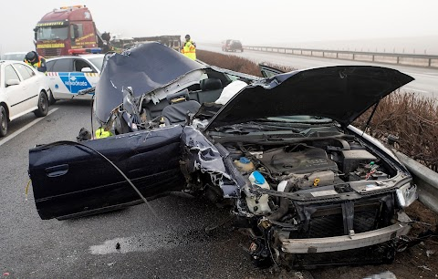 Kisteherautóval karambolozott egy személyautó Győr térségében, egy ember meghalt