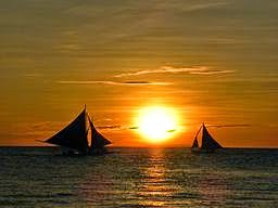 Per piper60 [CC0], via Wikimedia Commons ; Font: http://pixabay.com/en/sunset-sailing-boats-sea-travel-86214/
