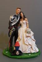 matrimonio in divisa coppia di sposini romantici per torta con sposo carabiniere sposa abito avorio orme magiche