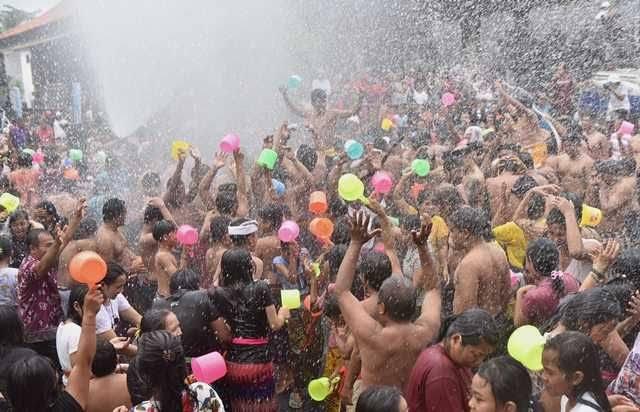 Tradisi dan Budaya Bali Perang Air di Gianyar