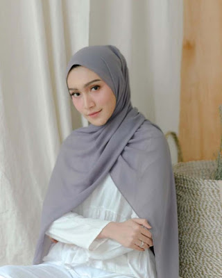 Melody Prima cantik dengan jilbab pashmina abu-abu