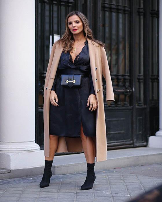 outfit para el trabajo elegante con sock boots negras