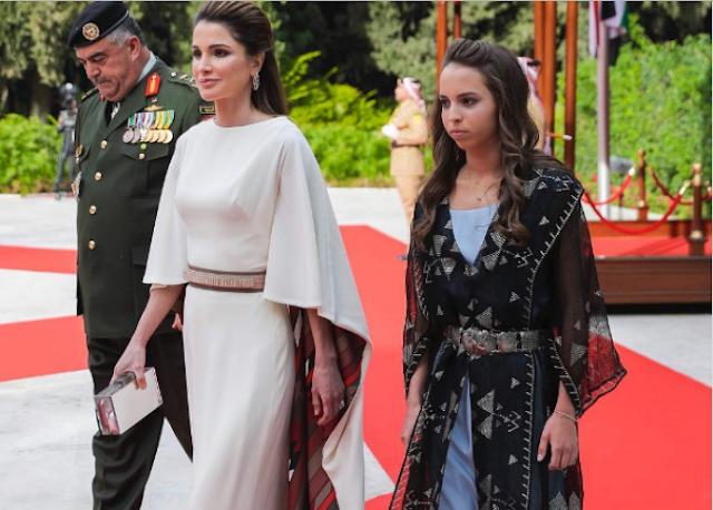 صورة| الملكة رانيا تخطف الانظار بصورة مع ابنتها هكذا تضع لها الماكياج