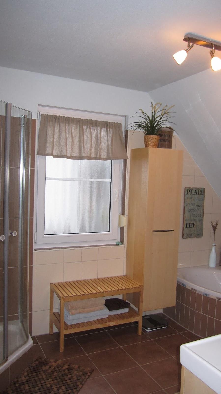 kleines gelbes haus badezimmer mit strand flair. Black Bedroom Furniture Sets. Home Design Ideas