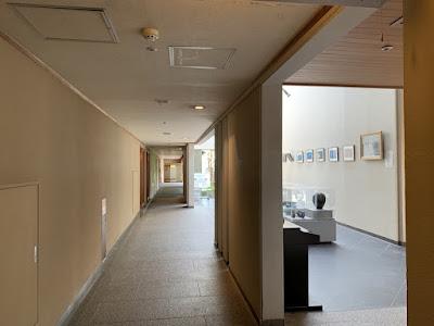 大浴場への廊下と陶芸展示コーナー