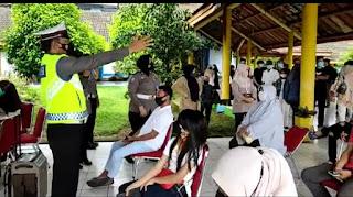 Sat Lantas Polres Bone, Beri Himbauan Kamseltibcar dan Bagikan Masker Ke Masyarakat