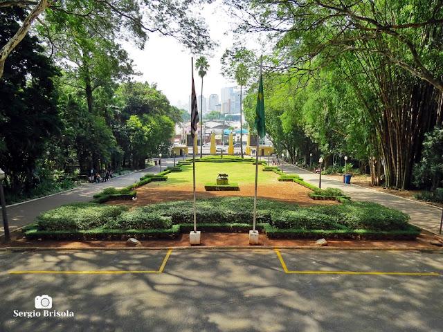 Vista ampla do jardim principal do Parque da Água Branca - São Paulo