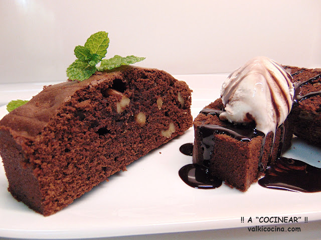 Brownie de chocolate y nueces con helado