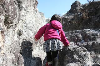 白い岩を登る