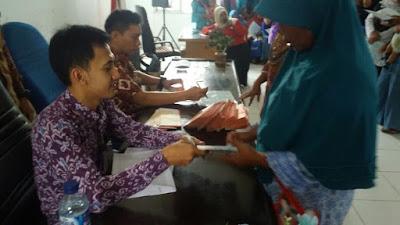 PKH Rengasdengklok Bagikan ATM Untuk Para KPM