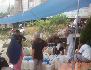 Warga Terpaksa Antri Berjam Jam Demi Dapatkan Air Bersih