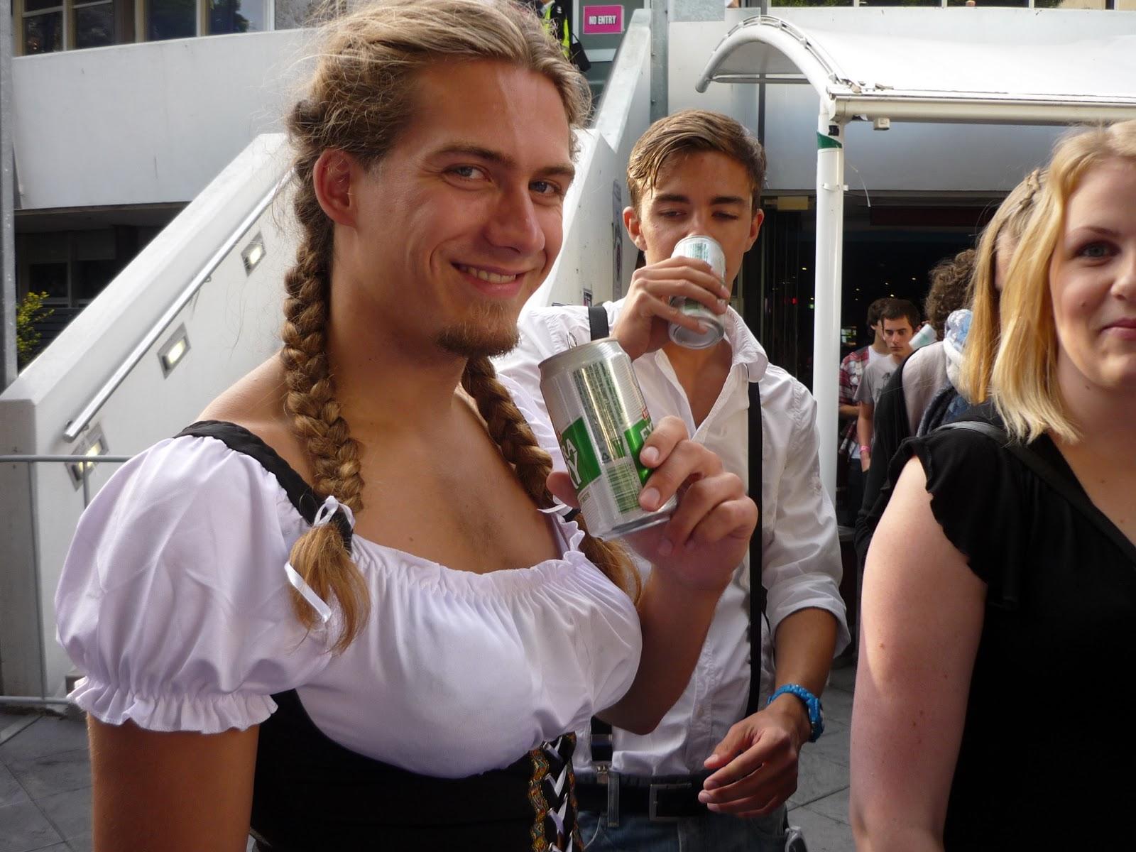 Dicker Bayer bekommt von seiner Schwester den Schwanz entsaftet