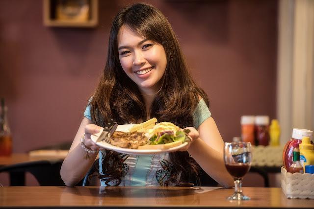 9 kebiasaan makan wanita yang harus ditinggalkan untuk memiliki tubuh yang indah
