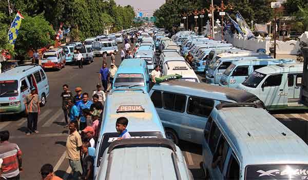 sopir angkot kota cirebon kembali demo transportasi online