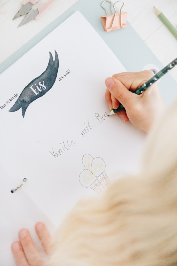 Beschäftigungsideen bei schlechtem Wetter: Das gratis DIY Kinder Kreativ-Buch für die Ferien!