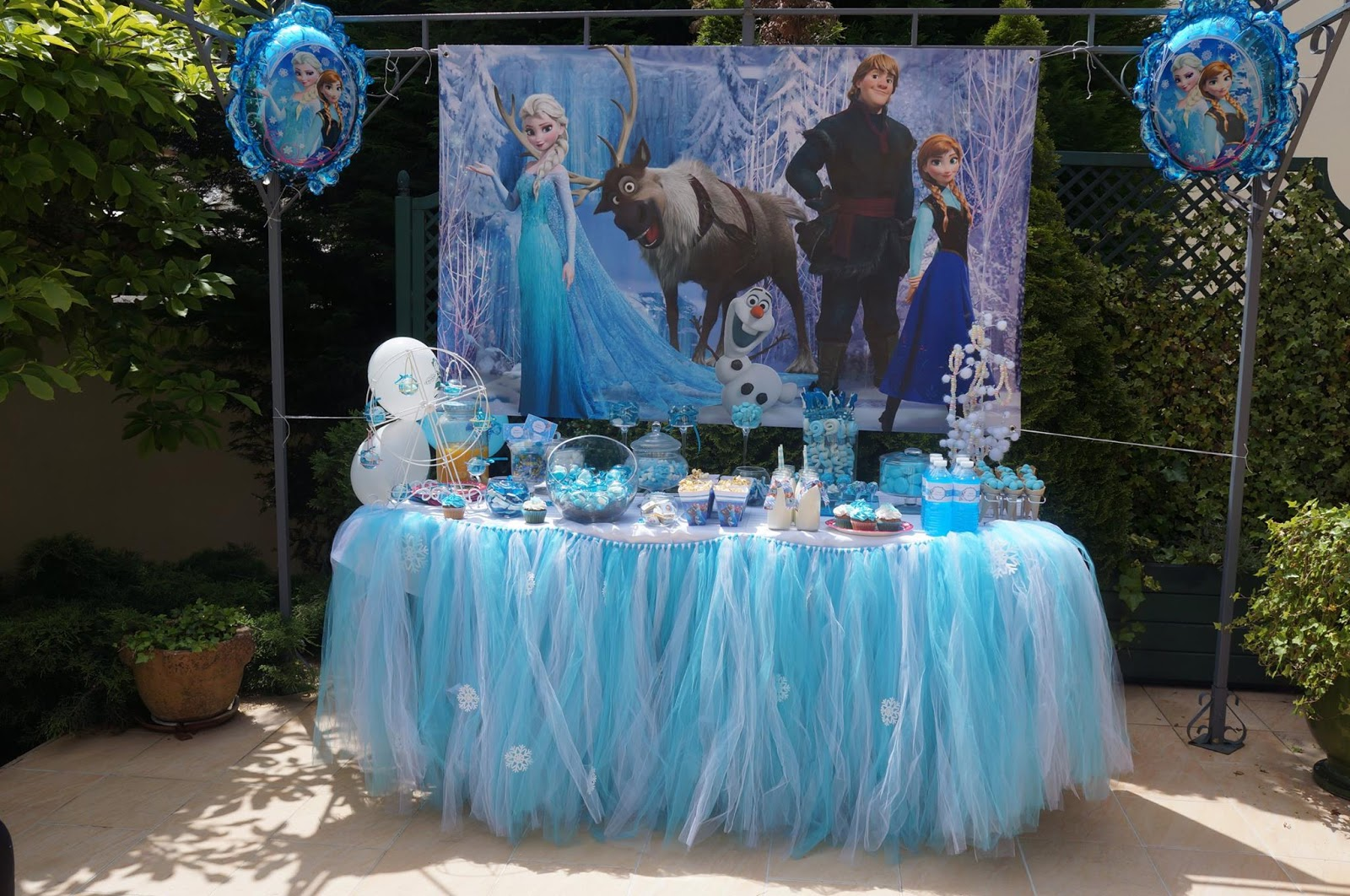 table d'anniversaire decoree sur le theme de la reine des neiges