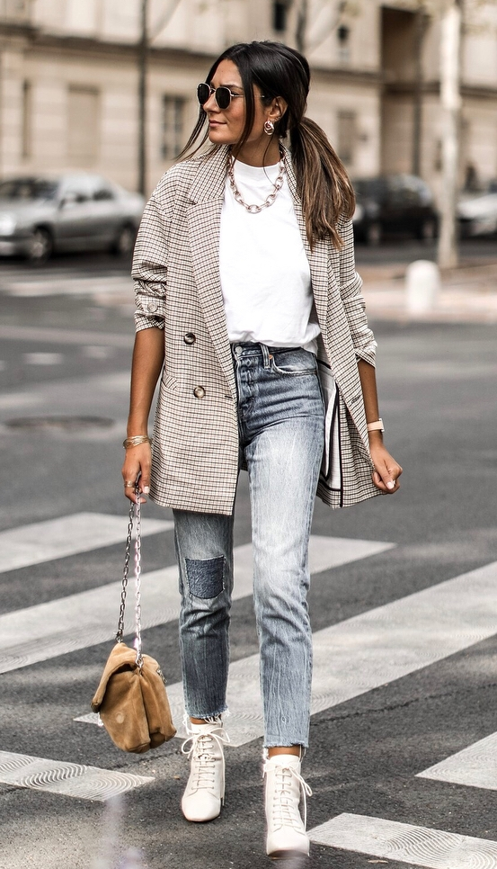 great outfit for work : fur bag + boots + jeans + blazer + white t-shirt