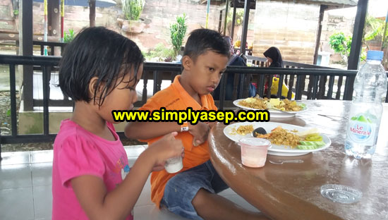 MAKAN SIANG: Inilah kedua anak saya Tazkia (8 tahun) dan Mas Abbie (11 tahun)di Gazebo Fresh Resto Kubu Raya (13/6) sedang menikmati makan siangnya.  Foto Asep Haryono