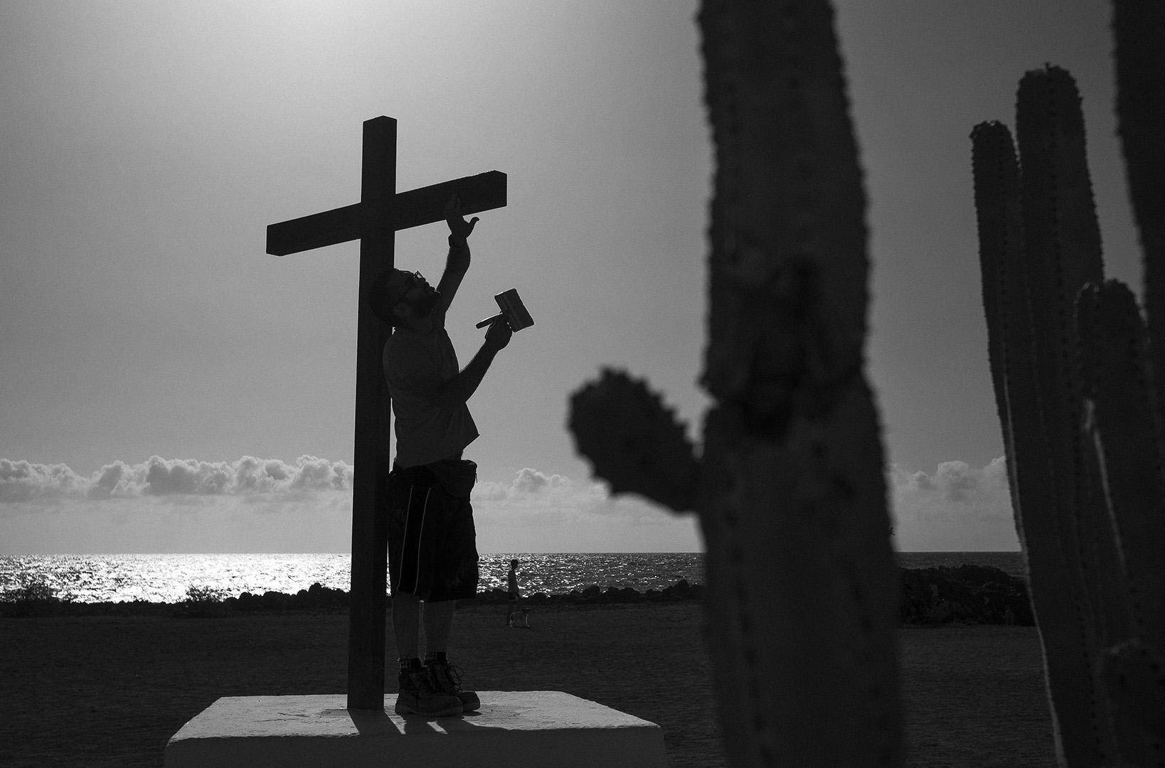 Romeria, Guimar - Socorro; Preparing the cross