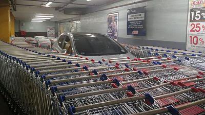 Auto mal estacionado en el supermercado de argentina