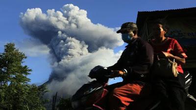 Gunung Sinabung Erupsi, Hujan Abu Guyur 2 Kecamatan di Karo