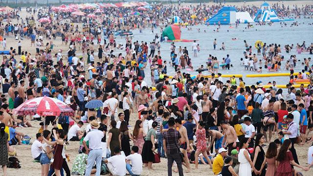 Lượng khách du lịch tắm biển Bãi Cháy trong những đợt cao điểm