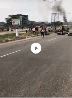 (Video) Angry warri youths fight soldiers for killing a youth despite the covid-19 lockdown