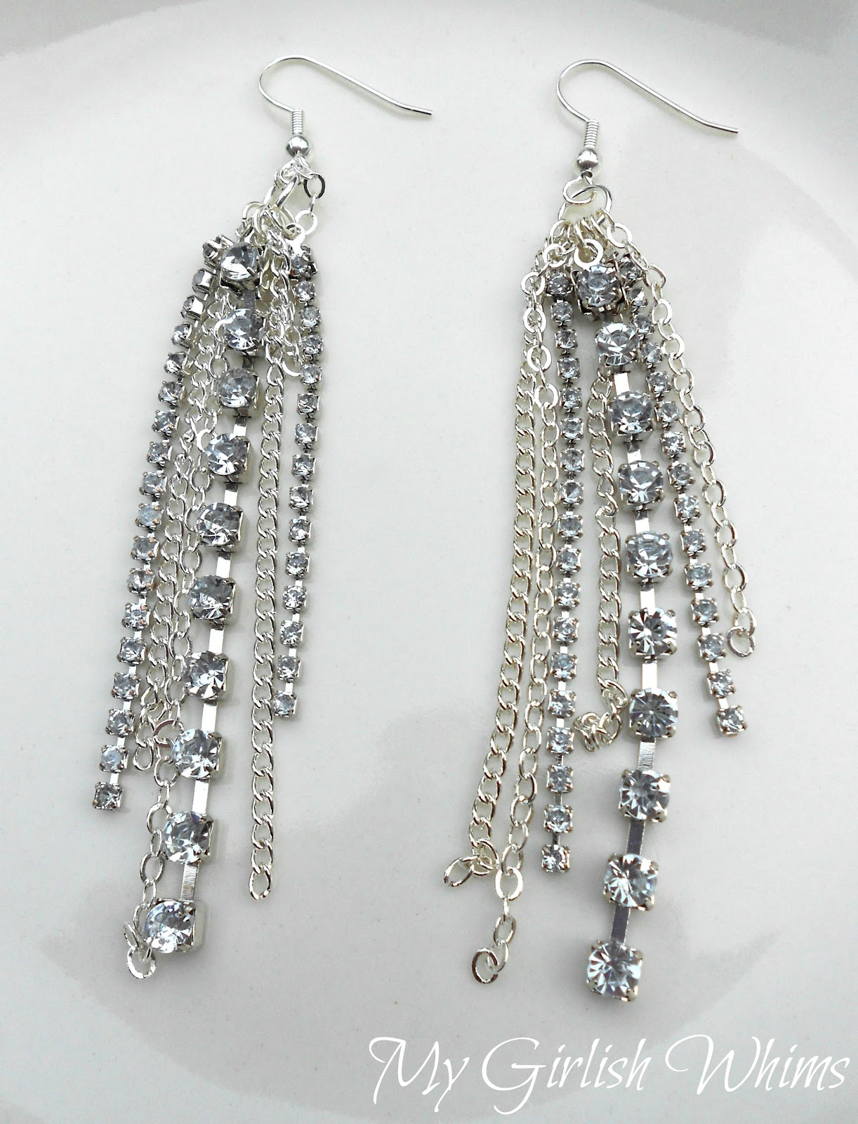 Elegant vintage rhinestone earrings, for example, are reminiscent of times past when they were just as popular as they are now. Those looking to add a more dramatic element to their look may also opt for long rhinestone earrings that glitter just like gemstones and highlight the lines of the neck.