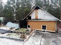 В результате пожара на площади 70 кв. метров сгорела баня, надворные постройки, повреждена кровля частного жилого дома.
