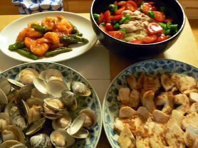 今日の夕食 鶏肉ガーリック炒め エビチリ 冷麺 ハマグリ酒蒸し
